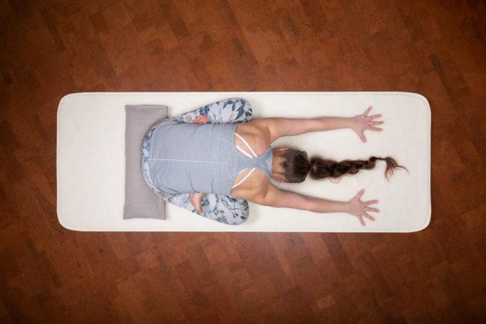 villamatto ja pitkä polvityyny
